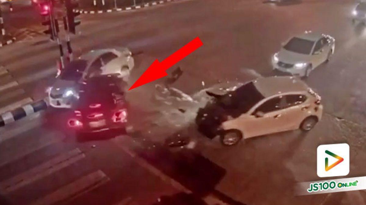 วินาที! เก๋งขนยาเสพติดฝ่าไฟแดงหนีการจับกุมจนท.ตำรวจ ชนดะรถหลายคันกลางแยกแม่เหียะ จ.เชียงใหม่