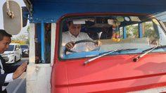 บิ๊กตู่ ปฏิบัติภารกิจเมืองคอนฯ ลุยขับรถไม้สองแถวโบราณ ให้กำลังใจผู้ประสบภัยปาบึก