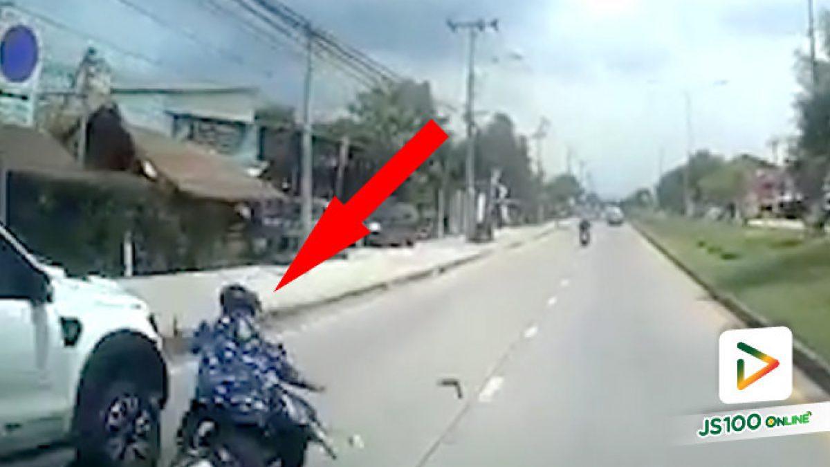 รถจยย. เฉี่ยวชนปิคอัพที่จอดอยู่ริมถนน กระเด็นตัดหน้ารถบรรทุก รอดหวุดหวิด