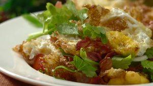 สูตร ยำไข่ดาว เมนูไข่คลาสสิคเพิ่มแฮมและเบคอนทอดกรอบ