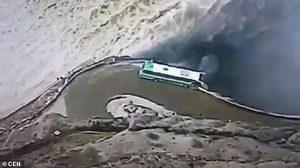 โคตรหวาดเสียว ! รถบัสเกือบหลุดโค้ง หวิดดิ่งลงสู่เขื่อนกระแสน้ำเชี่ยว (ชมคลิป)