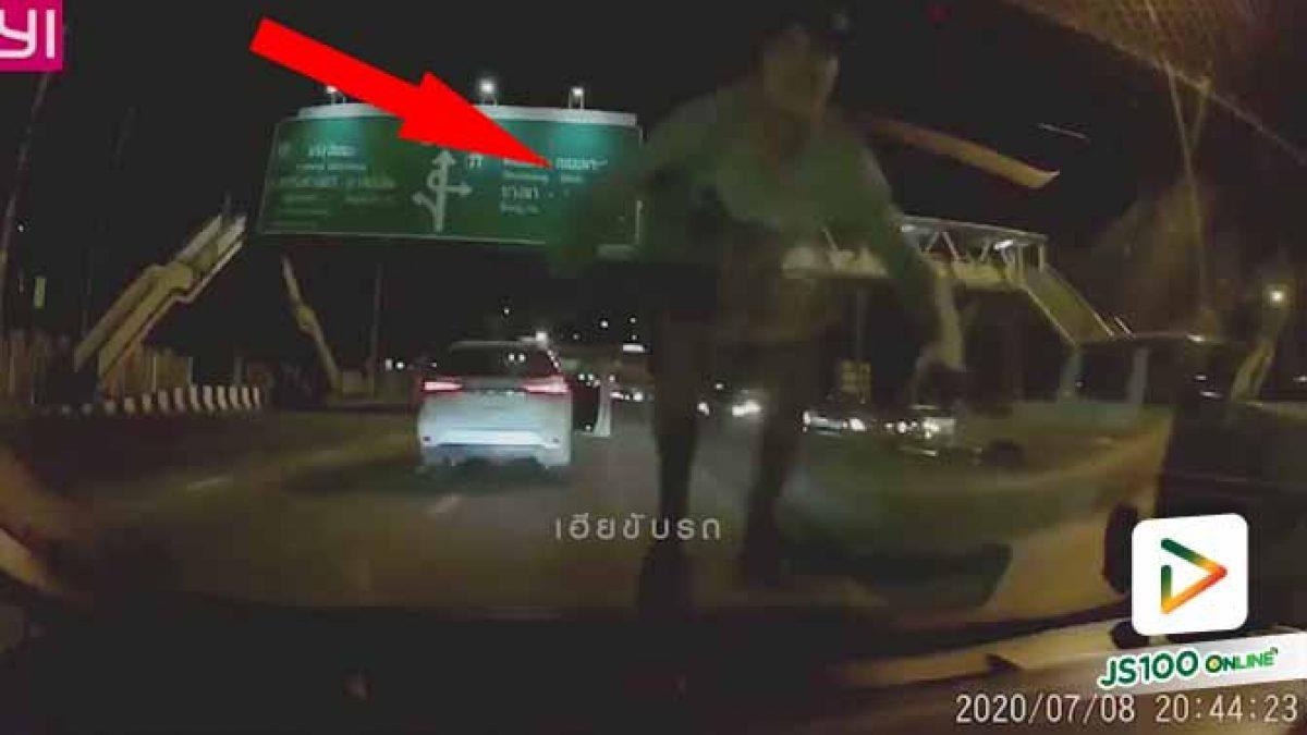 แจ้งจับ! หนุ่มฟอร์จูนเนอร์หัวร้อนปาดหน้าเก๋งแจ๊ส ก่อนกระโดดขึ้นฝากระโปรงรถกระทืบกระจกแตก