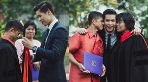 ภาพประทับใจ ลูกชายป.โทสวมชุดครุยให้พ่อแม่ ผู้ที่ทำให้สำเร็จการศึกษา