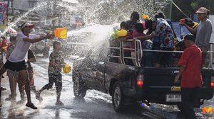 บรรยากาศสุดคึกคัก ส่งท้ายวันสงกรานต์ ประชาชนแห่สาดน้ำทั่วไทย