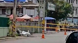 พบระเบิด 2 ลูกใกล้ สภ.บ้านโป่ง EOD เข้ากู้ก่อนยิงทำลาย