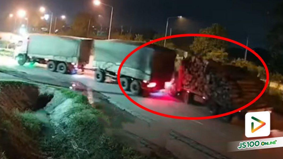 รถบรรทุกรอเลี้ยวเข้าปั๊มน้ำมัน ก่อนถูกรถบรรทุกขนไม้ชนท้ายเต็มๆ (06/09/2021)