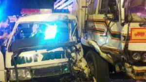 รถป่อเต็กตึ๊งฝ่าไฟแดงชนสิบล้อ บาดเจ็บ 3 ราย