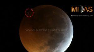 คลิปนาทีอุกกาบาตพุ่งชนดวงจันทร์ ในคืนเกิดจันทรุปราคาสีเลือด