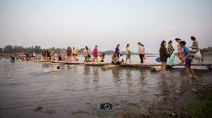 สะพานแพลูกบวบ จ.ชัยนาท ยื่นยาวลงแม่น้ำเจ้าพระยา ให้ถ่ายรูปกันเก๋ๆ