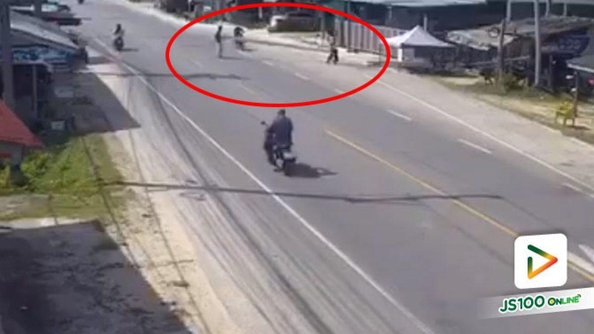 2 หนุ่มแบกเหล็กยาวข้ามถนน รถจยย.ขี่สวนมายกหลบไม่พ้น หัวคนขี่ชนเหล็กล้ม บาดเจ็บสาหัส (08/06/2020)