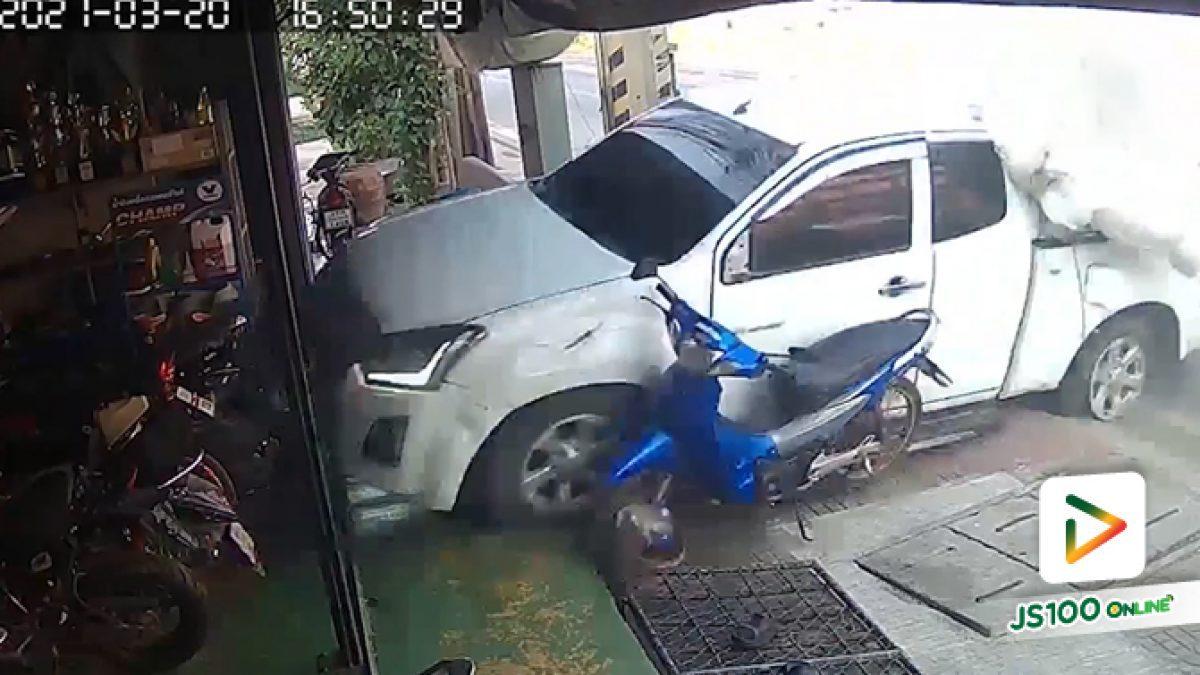 ซ่อมรถอยู่เจอปิคอัพเสียหลักปีนเกาะกลางหมุนคว้างเข้ามาร้าน ชนพังยับเลย (20/03/2021)