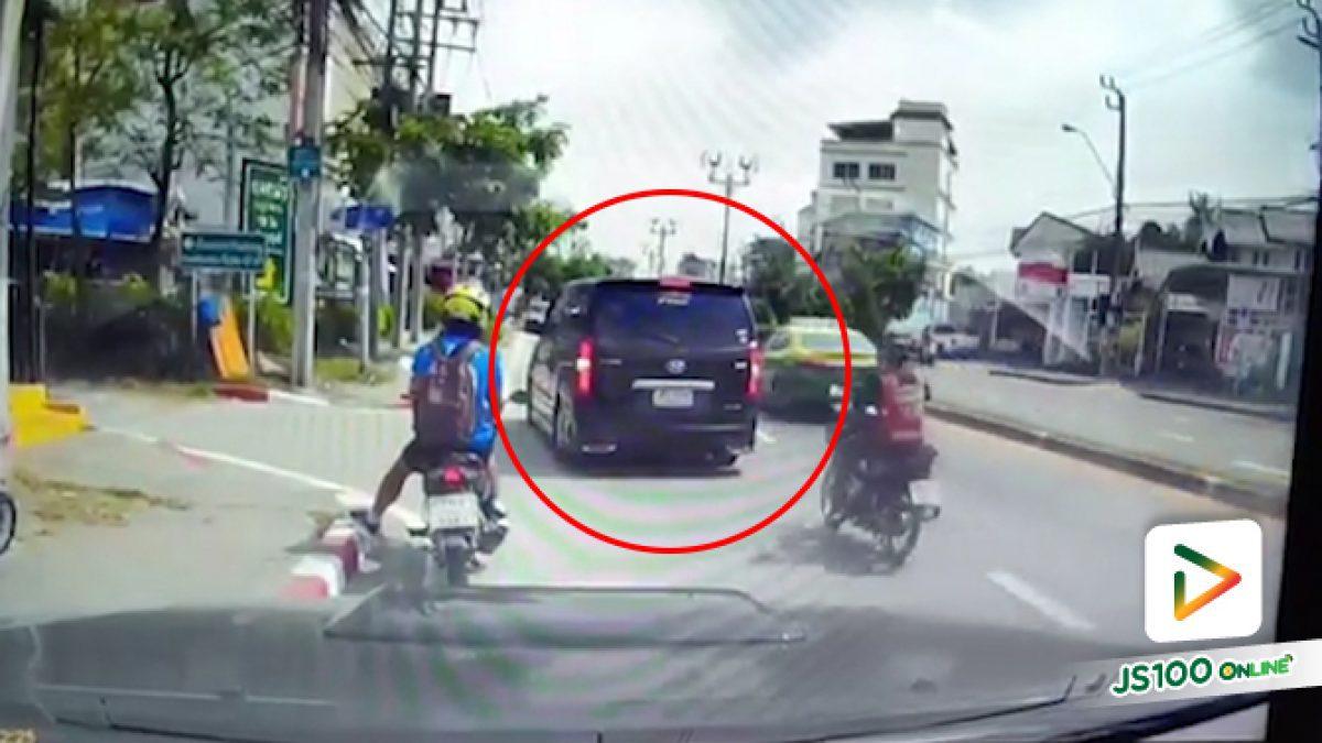 คลิปนาทีรถตู้แวน ขับเลยทางเลี้ยวแล้วถอยหลังมาชนกับจยย.เสียหลักโดนกระบะขับตามหลังเหยียบซ้ำ (07-02-61)