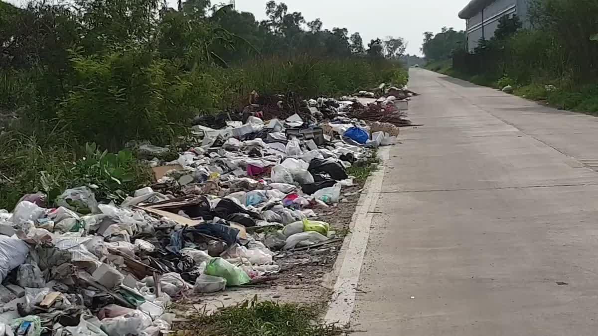 มนุษย์มักง่าย!! ทิ้งขยะสองฝั่งถนน วอนเทศกิจเฝ้าจับกุมจริงจัง