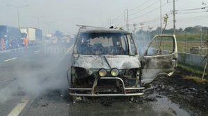 หนีตายระทึก! ไฟไหม้รถตู้สาวพริตตี้ ที่ชลบุรี