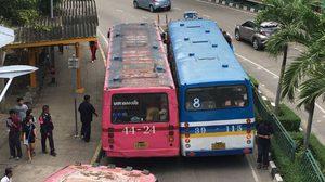 แบบนี้ก็ได้เหรอ! รถเมล์จอดประกบกันแนบชิด ผู้โดยสารลงจากรถไม่ได้
