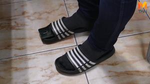 ผู้ปกครองหื่น ใช้มือถือเสียบรองเท้าแตะ แอบถ่ายใต้กระโปรงนักเรียน