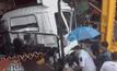 ฝนตกถนนลื่น รถบรรทุกเสียหลักพุ่งชนอู่ซ่อมรถ
