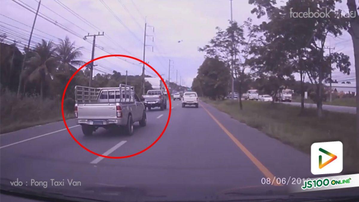 คลิปกระบะซิ่งจะเบียดแซงไม่พ้น เสียหลักหมุนกลางถนน (10-06-62)
