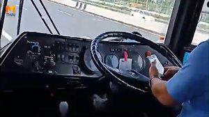 หนุ่มโวย! โชเฟอร์รถทัวร์เอกมัย-พัทยา เล่นโทรศัพท์ขณะขับรถ