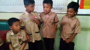 บทลงโทษสุดแปลก!! ของคุณครูจับได้ว่าเด็กนักเรียนประถมแอบไปสูบบุหรี่