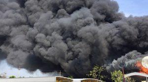 ไฟไหม้โรงงานกระดาษ ในนิคมทองโกรว์ จ.ชลบุรี ยังคุมเพลิงไม่ได้