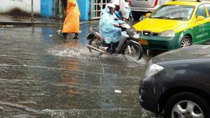 ฝนถล่มกรุงอ่วม รถติดหนักหลายพื้นที่ น้ำท่วมขังถ.รัชดา,ลาดพร้าว