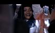 Rihanna พุ่งใส่กลุ่มแฟนคลั่งแบบไม่เกรงกลัวใน Goodnight Gotham