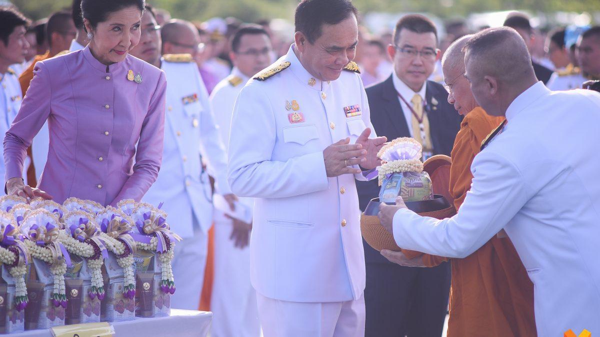 นายกฯ นำผู้แทนส่วนราชการ-เอกชน ร่วมพิธีทำบุญตักบาตร เนื่องในวันเฉลิมพระชนมพรรษา สมเด็จพระนางเจ้าฯ พระบรมราชินี ประจำปี 2562