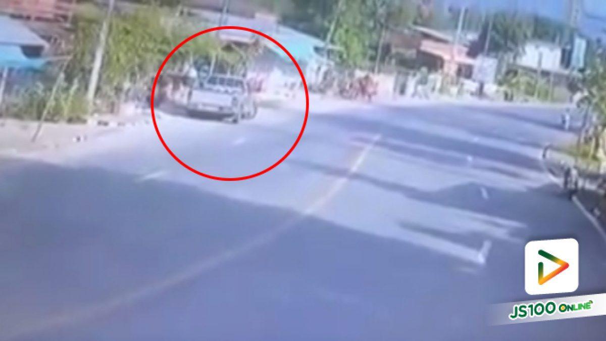คลิปกระบะกลับรถเลี้ยวตัดหน้าข้ามเลน มอไซค์วิ่งทางตรงมาชนอย่างจัง (10-04-61)