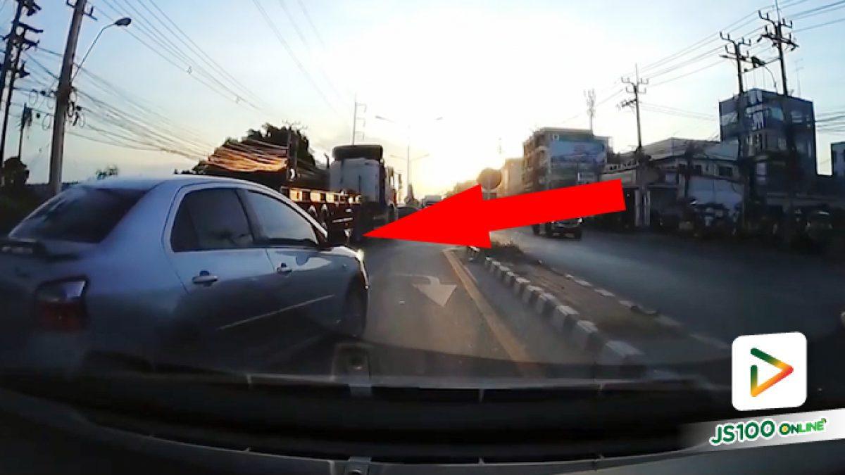 แซงซ้ายมาจี้ท้ายรถบรรทุก ก่อนแทรกตัดหน้ากลับรถซะ