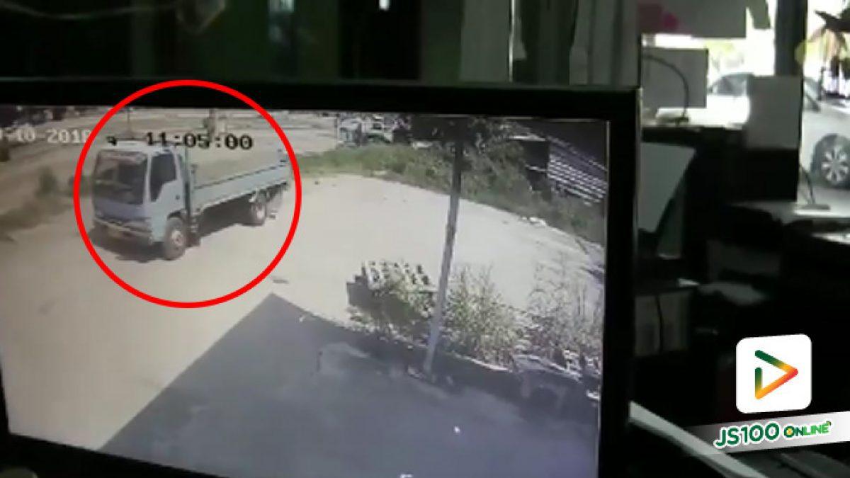คลิปกล้องวงจรปิดจับภาพรถบรรทุกปูนหกล้อถอยหลังทับผู้สูงอายุวัย 90 ปี เสียชีวิต (1-11-61)