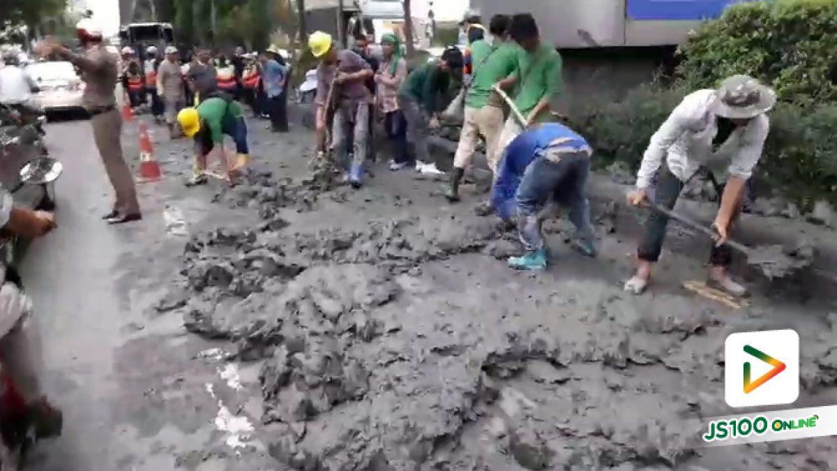 นี่สิน้ำใจคนไทย! 'คนงาน - จิตอาสา' นั่งรถผ่านมา ลงมือร่วมกันทำความสะอาดดินหล่นจากรถบรรทุก ถ.สุขุมวิท (16-06-61)