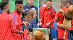 ทำไมต้องแบก!เฉลยเหตุแข้งอังกฤษหอบตุ๊กตาสิงโตตลอดยูโร 2016