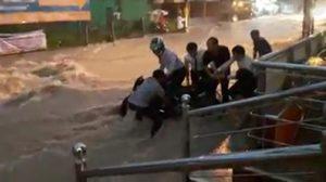 สาวเล่านาทีระทึก ร่วมกับพลเมืองดีช่วยเหลือหนุ่มบิ๊กไบค์ ถูกน้ำท่วมพัดรถล้ม