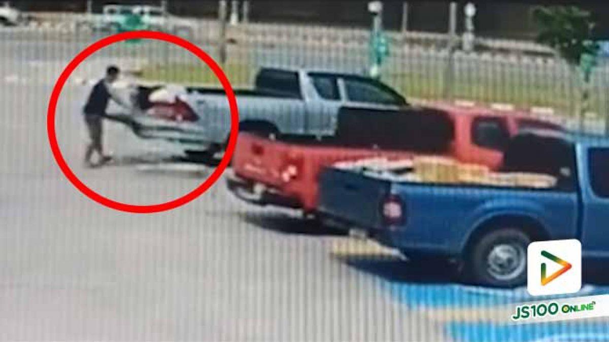 ผลักรถเข็นแรงจนไปเฉี่ยวชนรถยนต์คันอื่น แถมยังออกรถไปหน้าตาเฉย..
