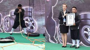 ยอดคน!! หนุ่มจีนใช้จมูกเป่าลมเข้ายางรถพร้อมกัน 12 เส้นได้เร็วที่สุด จนถูกบันทึกเป็น สถิติโลก