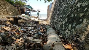 ทางระบายน้ำลงหาดพัทยาเละ ขยะ-น้ำเน่าโผล่ โชว์ประจานนักท่องเที่ยว