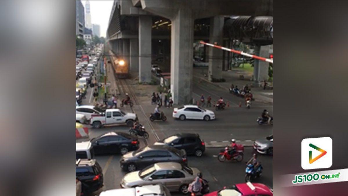 จราจรไทยอาการหนัก รถไฟต้องหยุดให้ทางรถยนต์ ย่านอโศก (14-11-61)