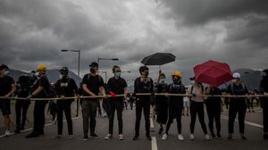 ผู้ประท้วงฮ่องกงทำลายระบบขนส่งสาธารณะ สนามบินประกาศยกเลิกบางเที่ยวบิน