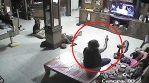 สุดฮา!!  คุณยายสายโหดคว้าปืน (แก๊บ) ยิงนักร้องในทีวี เหตุร้องไม่เพราะ