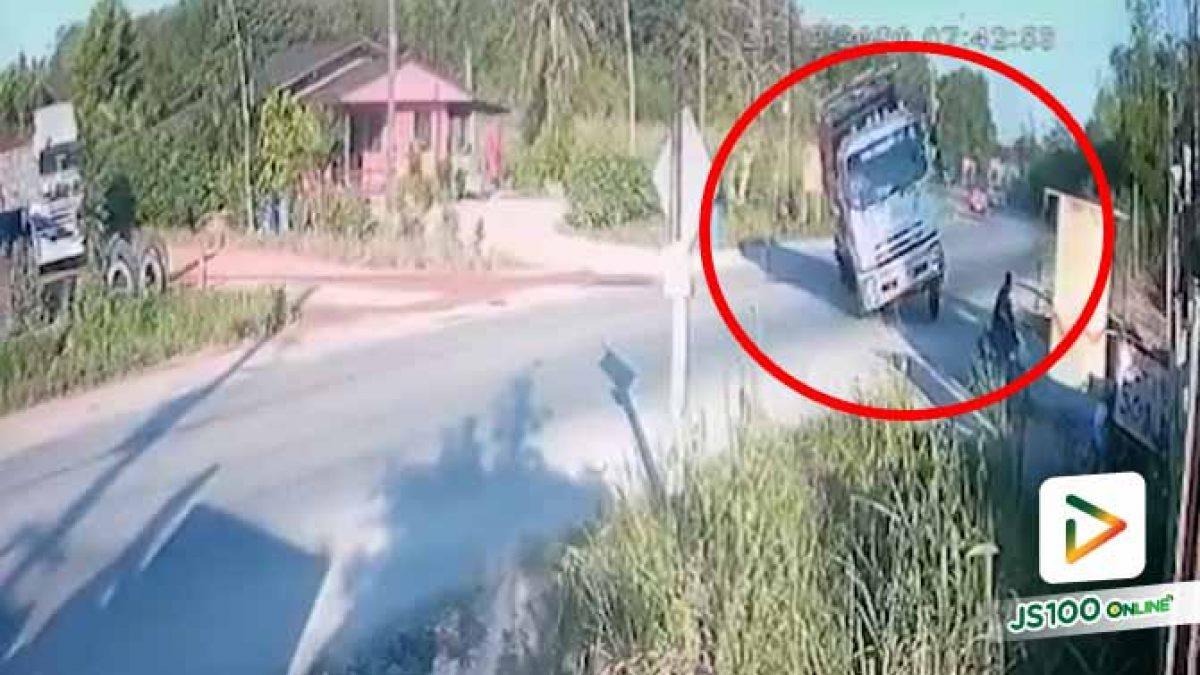 โค้งหักศอกรถบรรทุกมาไว ก่อนเสียหลักพลิกตะแคง