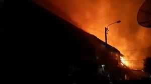 ไฟไหม้ชุมชนสะพานยาวย่านตากสิน วอด 13 หลัง