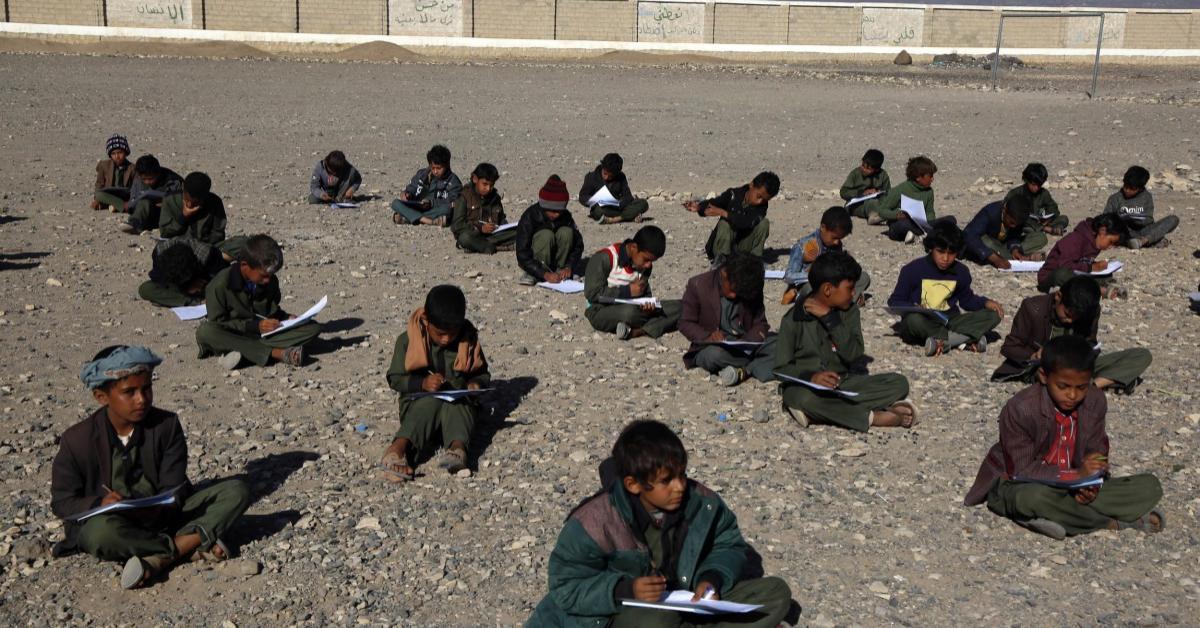 เด็กชาวเยเมนเรียนหนังสือกลางอากาศหนาว เพราะโรงเรียนเหลือเพียงซาก
