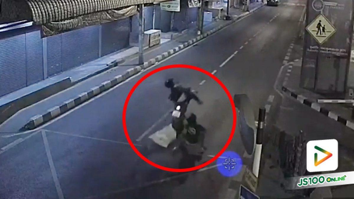 จยย.เฉี่ยวชนชายถือกระสอบข้ามถนน ก่อนเสียหลักขึ้นฟุตบาทล้มกระแทกพื้น