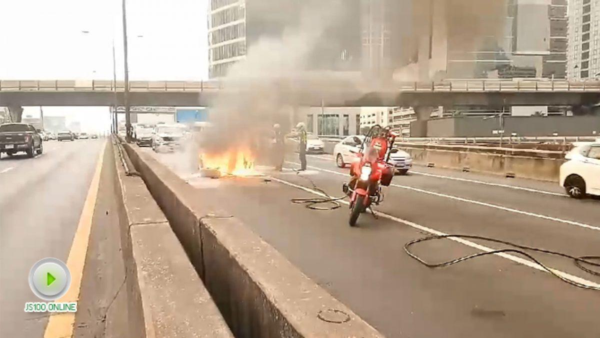 คลิปรถเก๋งเกิดเพลิงลุกไหม้บริเวณห้องเครื่อง บนทางพิเศษเฉลิมมหานคร (24-01-61)