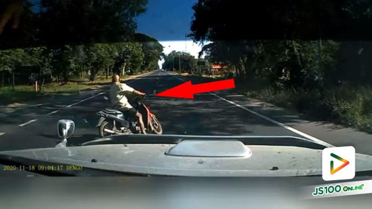 เปิดไฟเลี้ยวขวามาแต่ไกล จยย.ออกตัวข้ามถนน หวิดเกิดอุบัติเหตุ (18/11/2020)
