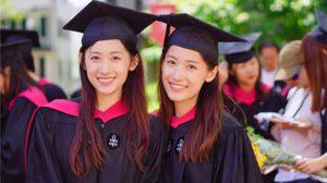สวยเก่งยกแพ็ค! ฝาแฝดคนดังของจีน เข้ารับปริญญาโทจาก มหาวิทยาลัยฮาร์วาร์ด