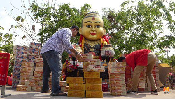จัดหนัก! หนุ่มหอบบะหมี่กึ่งสำเร็จรูป 6,600 ซอง แก้บนกุมารเจ้าสัวเฮง หลังถูกหวยหลายงวดติด