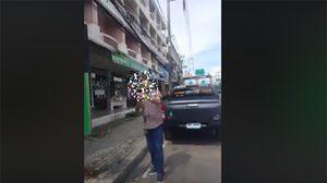 คลิปแฉ ฝรั่งอ้างเป็นเจ้าของร้าน วางป้ายบนถนน กั๊กที่จอดรถ