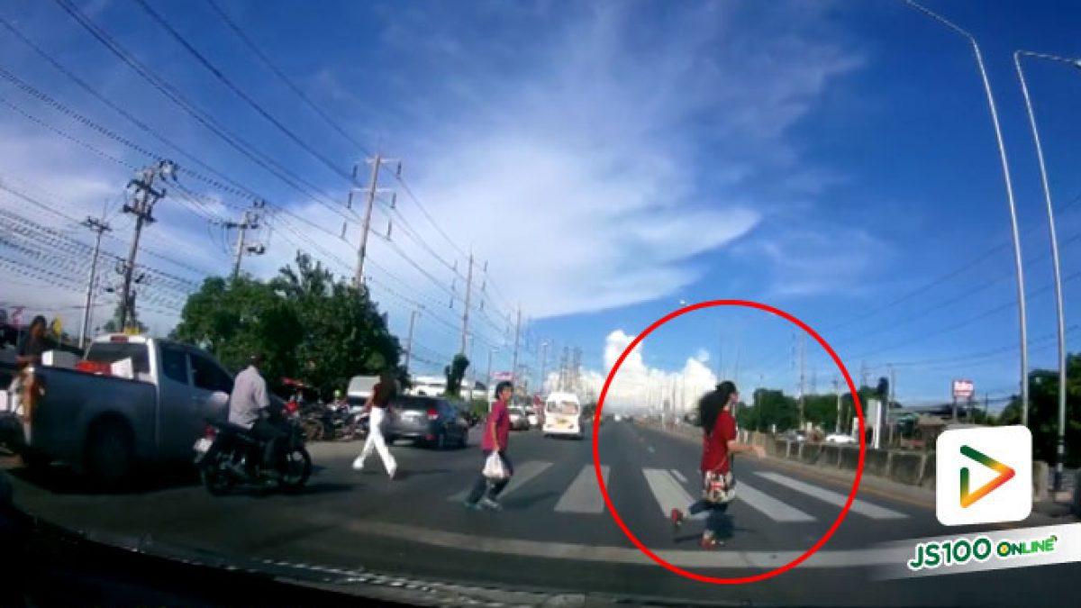 คลิปนาทีเก๋งชนคนข้ามทางม้าลาย บริเวณสุวินทวงค์ 38 (07-05-61)
